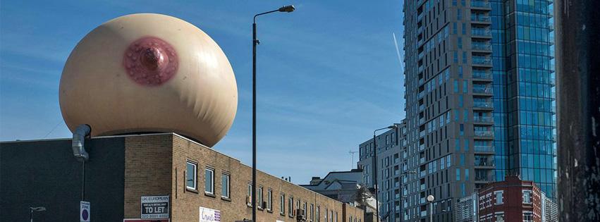 Un seno gigante escandaliza Londres
